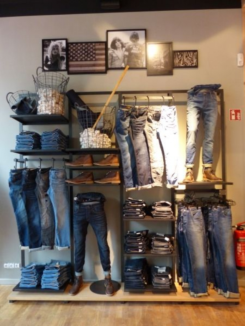 Visual merchandising window display ideas from germany zen for Retail shirt display ideas