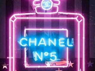Chanel Nº5 bottle sign made with pink and blue neon lights.