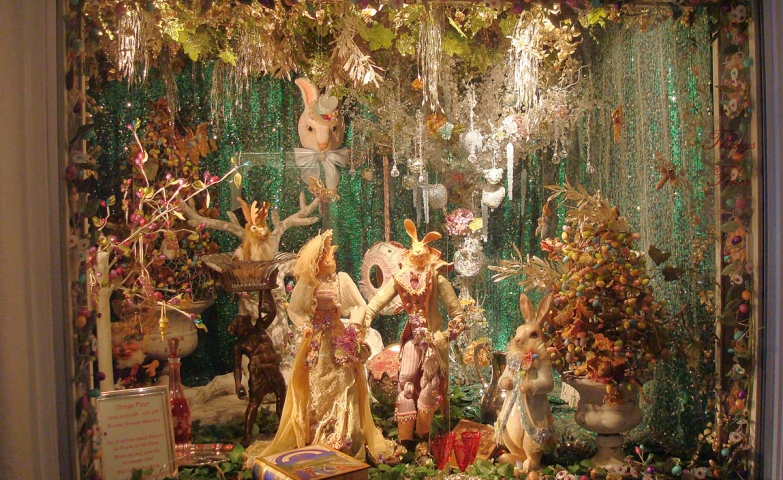 This Easter window display based on greenery looks like a scene from Alice in Wonderland. Also, we can observe many painted eggs.