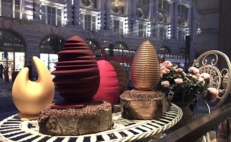 Cafe Royal choose to give to the Easter chocolate eggs placed in the window display an extravagant shape and golden and burgundy colors to be in theme with the store name.
