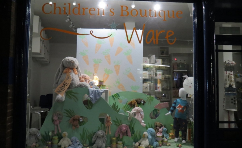 Designed by students for Easter, this window display it is about a rabbit staying in the top of a hill, and others plush toys at the bottom of it.