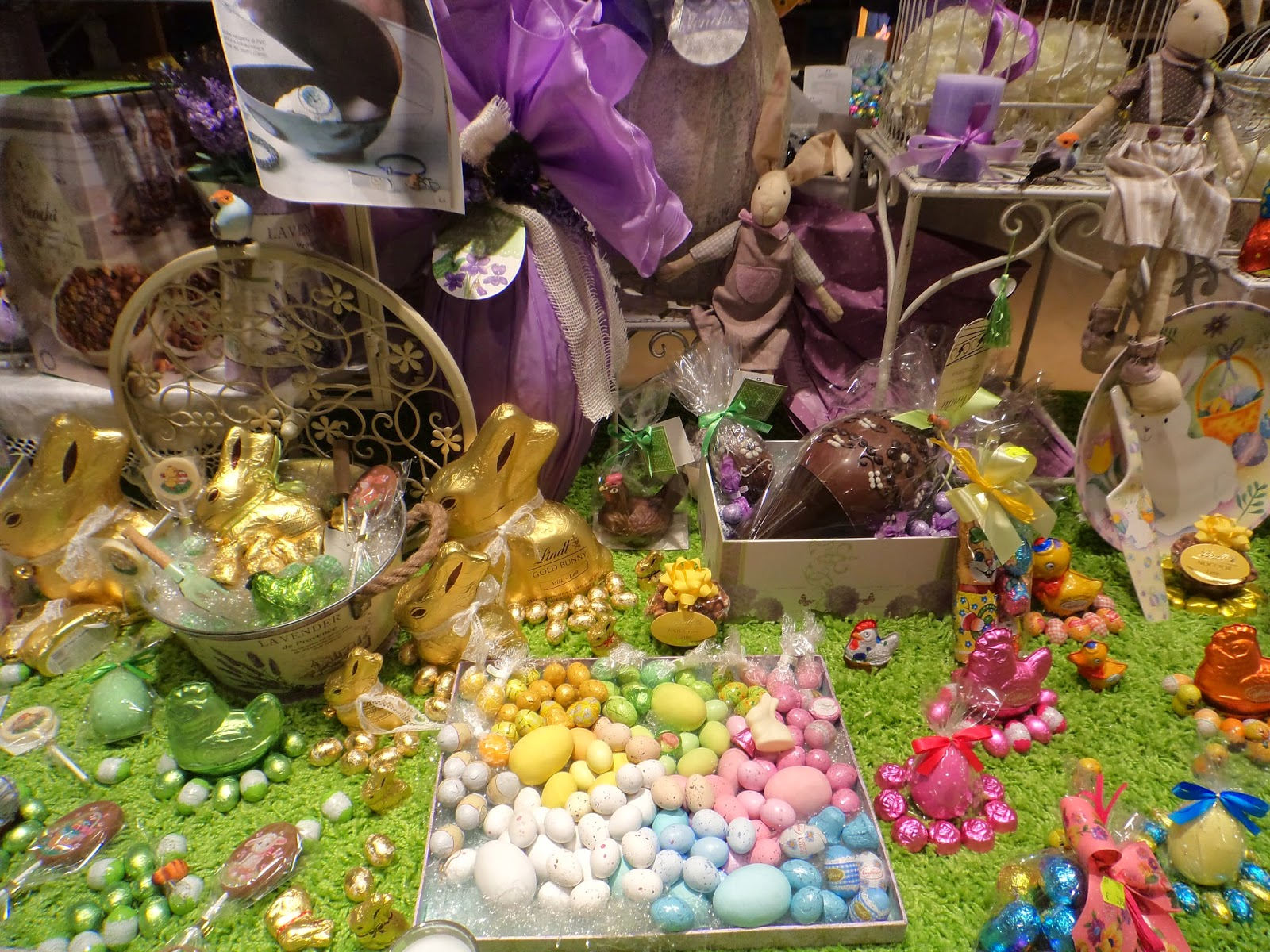 Italians also have an emphasis on chocolate eggs as we can see. In this window display are also colored eggs in pink, green and other colors for Easter.