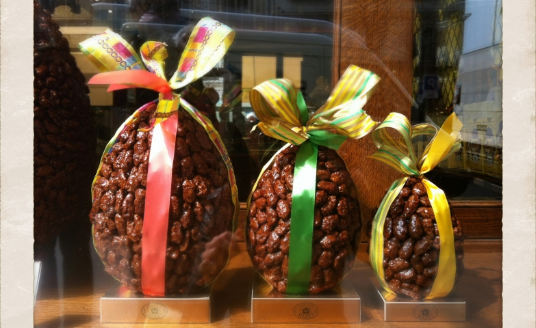 Some caramelized almonds, take a giant shape of eggs then are bundled with a bow, and placed in the window display for the Easter holiday.