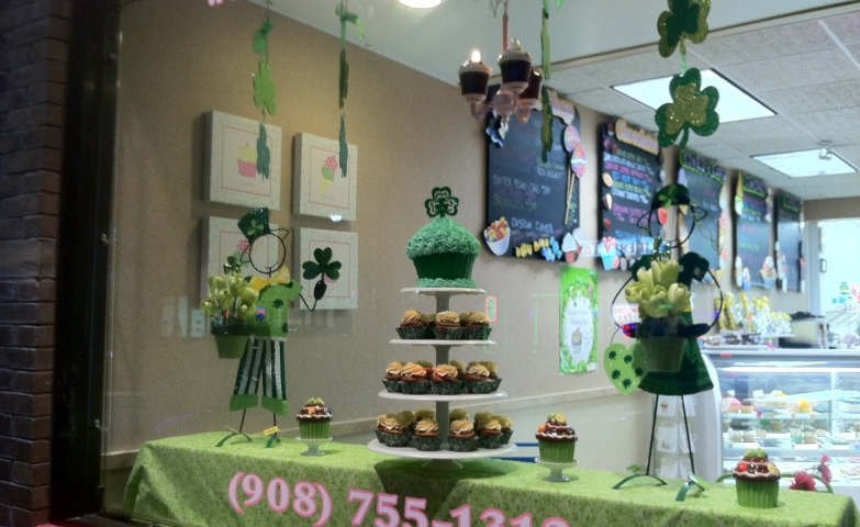 Green cupcakes for this Easter. This is how a bakery decorated the window display.