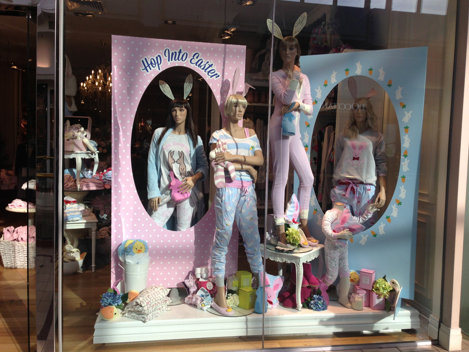 Hop into Easter it is the theme of this window display, with those bunnies ears and cozy pajamas, the baby blue and pink colors chosen.