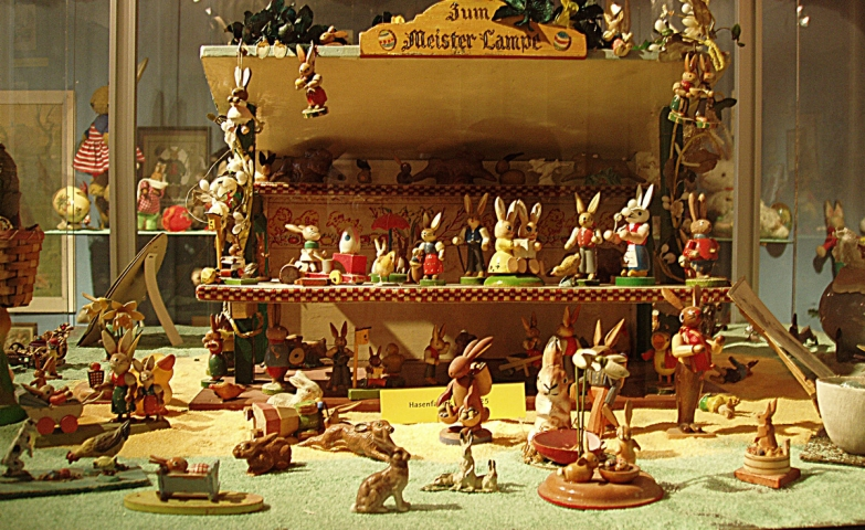 This little toys, to be more specific, bunnies seems that are made from wood and are suiting well the Easter window display.