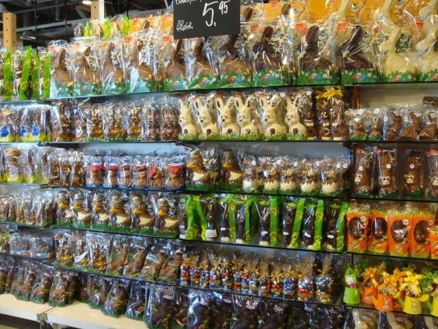 If you are a chocolate lover, you will notice this Easter window display for sure. You can only choose from white chocolate and milk chocolate eggs and rabbits.