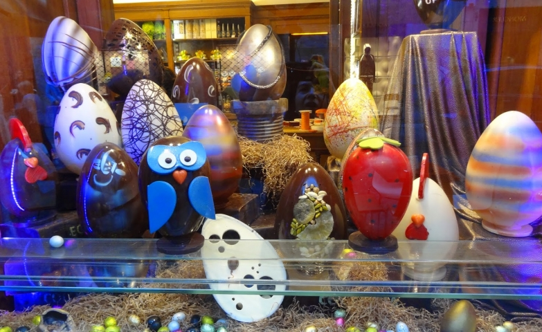 Everything made of chocolate, the owl, the Easter eggs, even the strawberry. This is a real sweet window display.