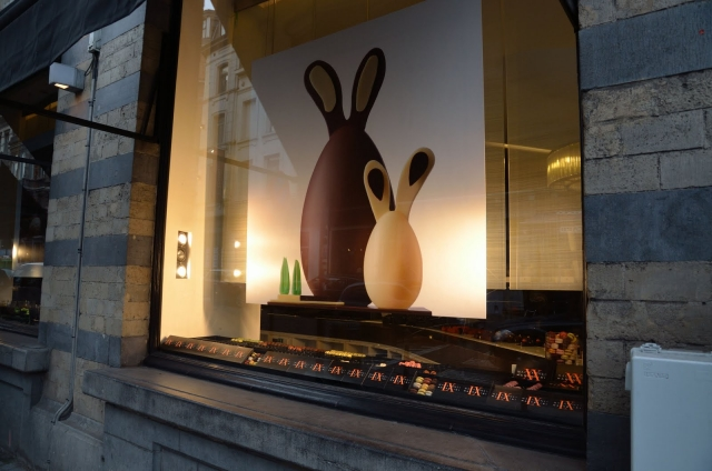 Pierre Marcolini from Belgium, defined the Easter window display through minimalism, with an eggs banner.