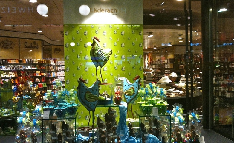 Switzerland knows for sure from where we can have the chocolate eggs for the Easter. Look at this blue, big and proud layers, strategically positioned in the window display.
