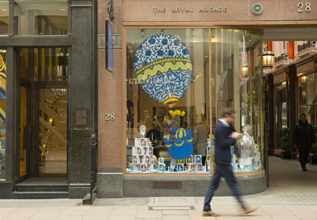 At the Royal Arcade, the hot air balloon sticker from the window display, is looking like an Easter egg, decorated with blue and yellow details.