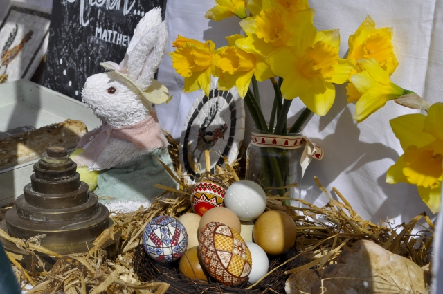 A zoom on this beautiful Romanian decorated eggs with the occasion of Easter and others specific details, arranged in the window display.