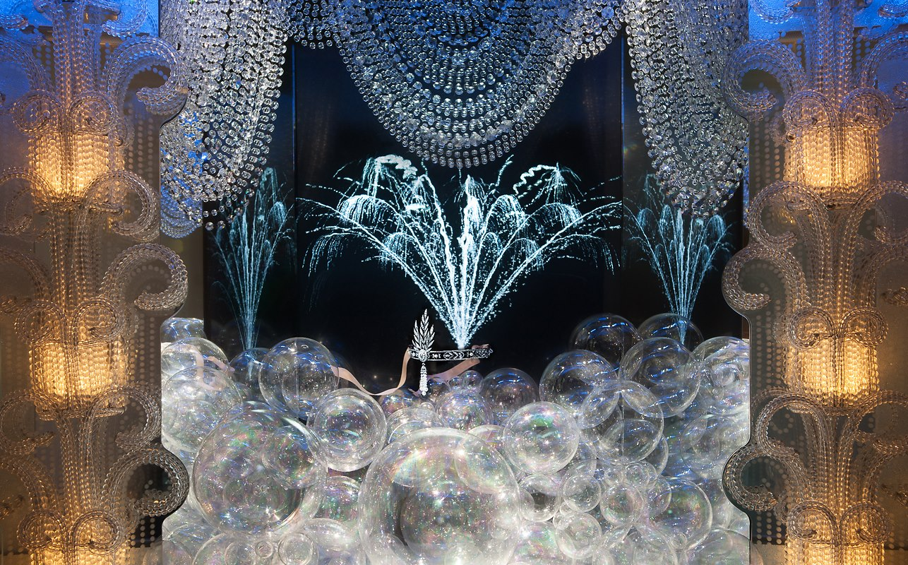 An absolutely exquisite jewelry window display created for Tiffany's centered around The Great Gatsby theme.