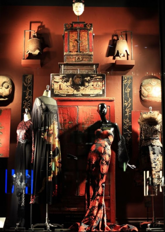 """When the displayed merchandise is inspired in the local culture, the best option to place it in context is to go with the same theme for the window display - """"China through the looking glass"""""""