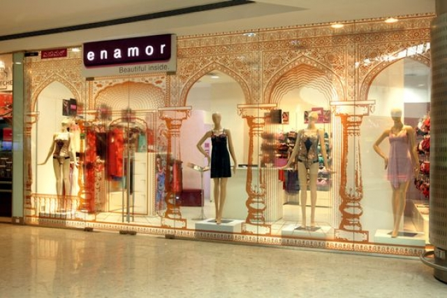 Nice combination for window display, between the sketch on the glass and the placement of the mannequins by Enamor Boudoir Collection.