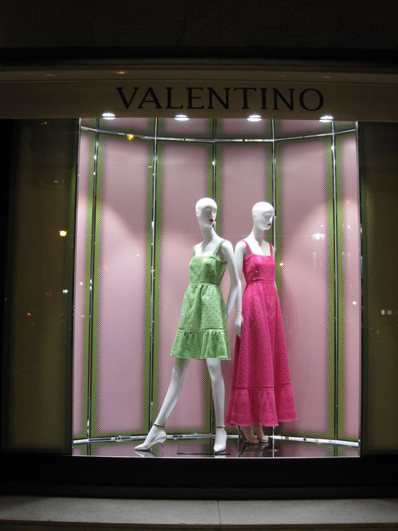 Using the same colors as the displayed items in not a bad idea just like in this visual merchandising display seen in Barcelona.