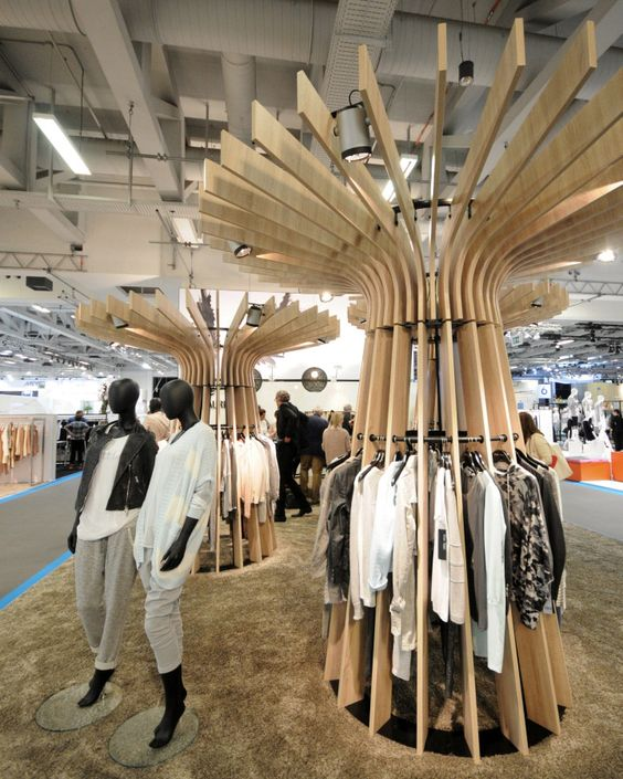 These wooden clothes' organizers imitate the grace of the palm trees under the summer wind, in this edgy and casual display at Panorama.