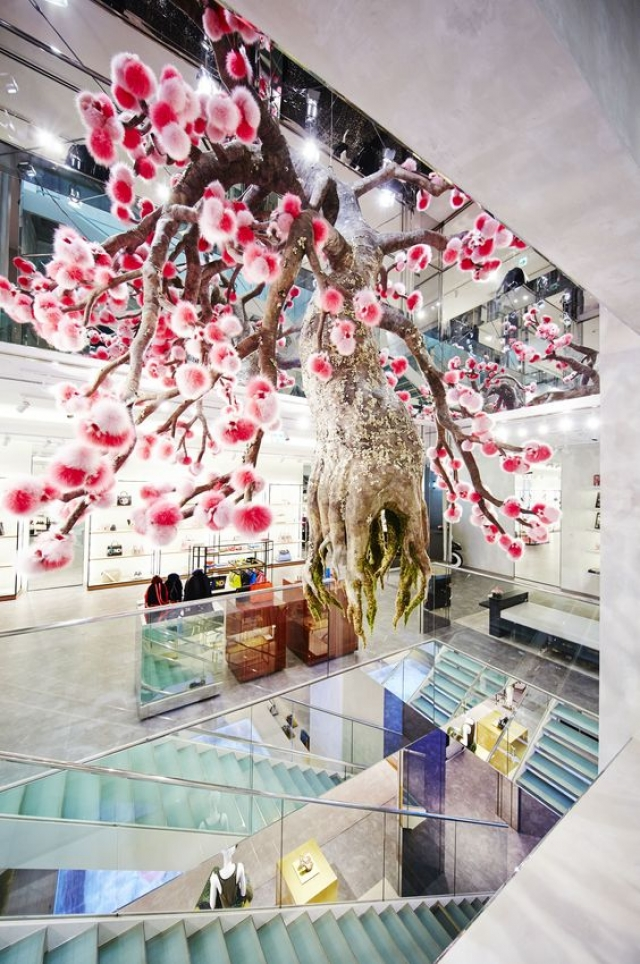 The Sakura tree, incredible piece created by Makoto Azuma for the Fendi Ginza pop-up shop in Tokyo.