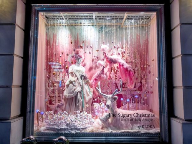 """""""The sugary Christmas"""" theme with lots of pink and pastel color decoration, holiday window display at Anniversaire Omotesando."""