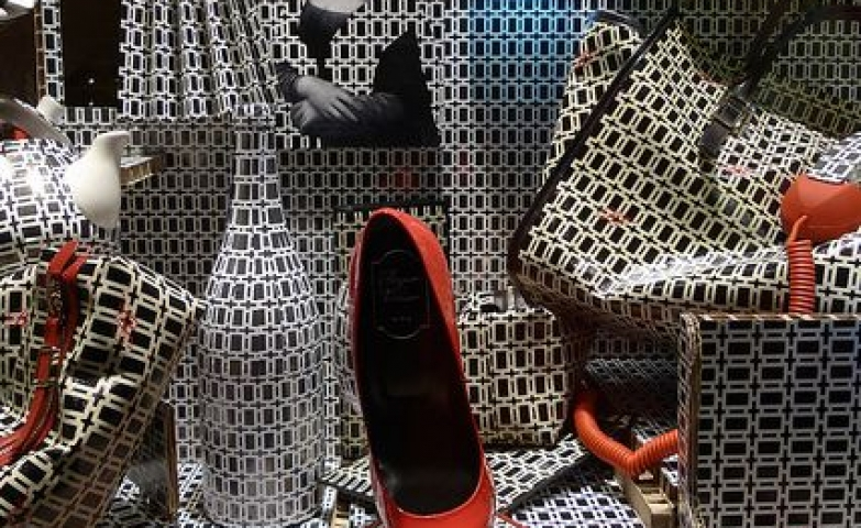 Trippy and artistic display, based on a single pattern and accessories created around the same pattern. Vitrine for Roger Vivier seen in Paris.