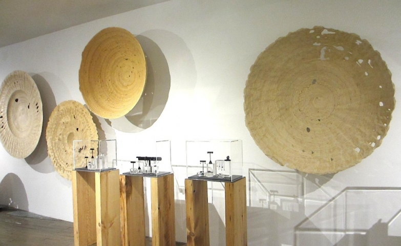 A very special jewelry exhibition of Alan Faye with many wooden pieces used for the decor ad a very simplistic design.
