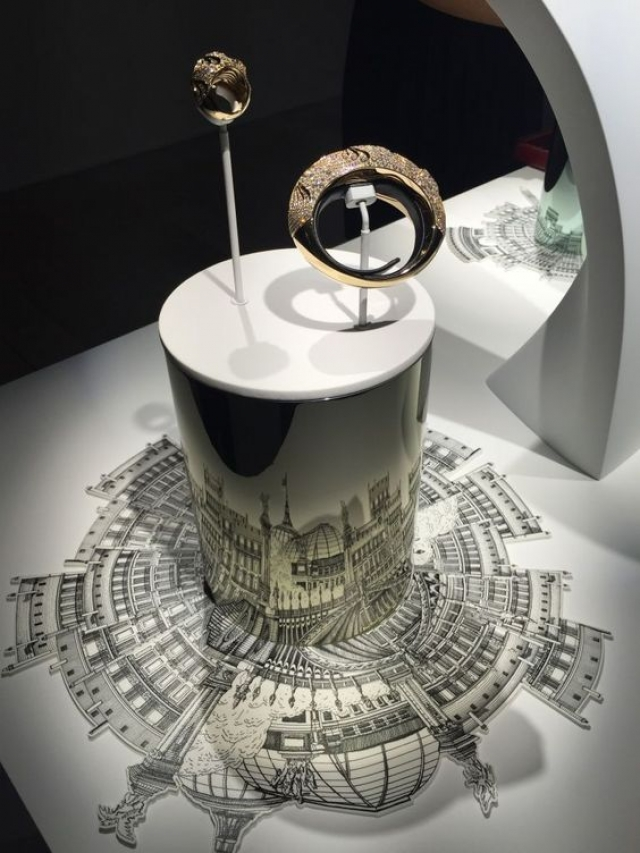 This picture shows two pieces from a Cartier jewelry preview and we can understand how people got blown away by the beautiful jewelry and the setting.