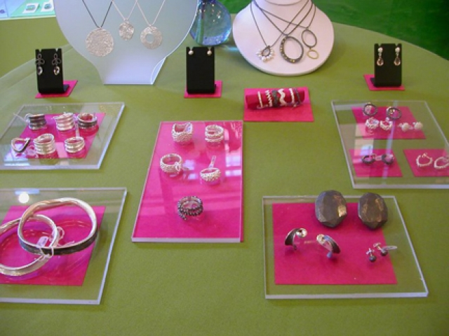 Interesting use of glass laminates for jewelry display, idea from Craftland Dahlia Kanner.