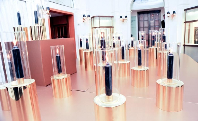 Cartier relaunches a jewelry line a 70s exhibit late night discotheque, with cylindrical installations, in rose gold and glass cylinders. Very futuristic look.