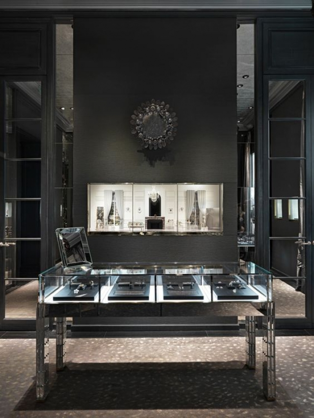 Elegant mate black and mirror create a beautiful illusion - Christian Dior Boutique, Taipei 101, Taiwan.