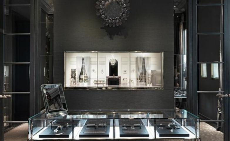 Elegant mate black and mirror create a beautiful illusion - Christian Dior Boutique, Taipei 101, Taiwan.