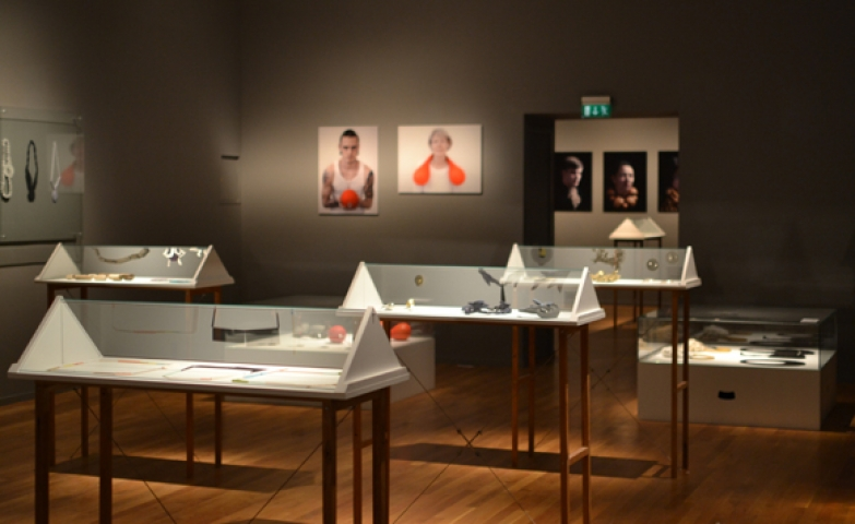 Exhibit of modern jewelry, pyramid class displays where picked to show these jewels, but also cubic displays and all glass displays for the walls. Photo art was also used to give it more personality.