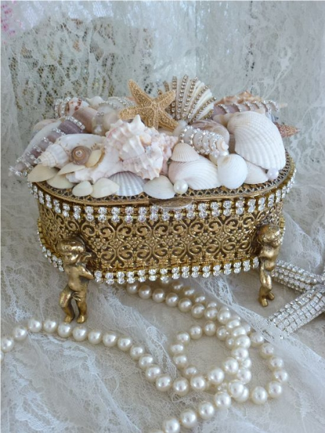 Elegant jewelry box in seaside style, with figurines and gem ornaments.