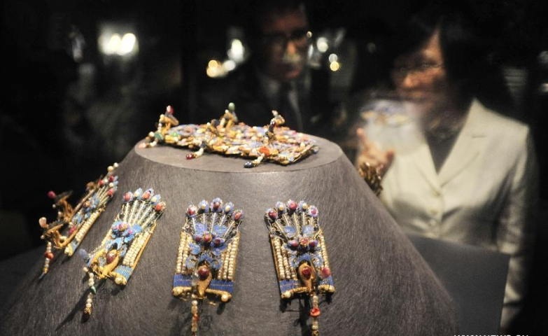 Visitors watching jewelry of China's Qing Dynasty at a jewelry exhibition held at Taipei Palace Museum.