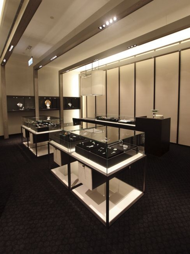 Minimal Design Jewelry Store, Combining Mostly Black Decor And Contrasting  With A Few White Elements
