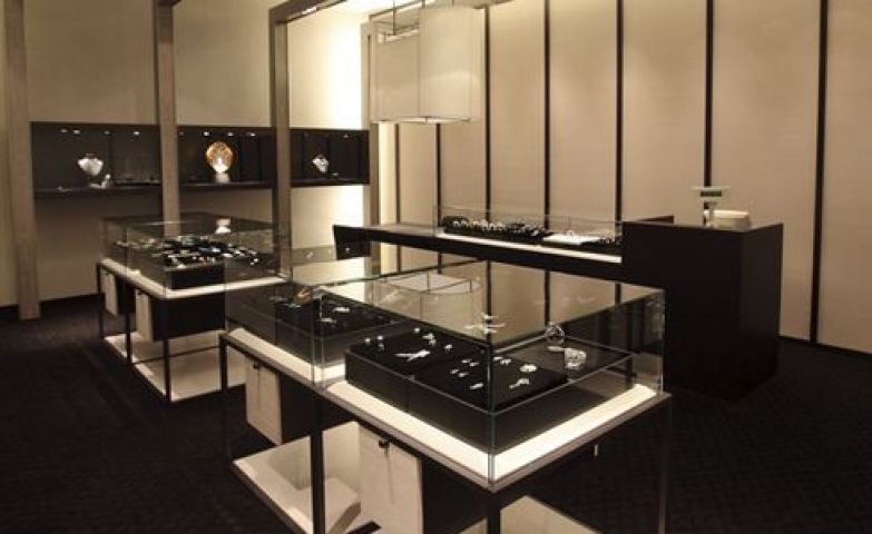 Minimal design jewelry store, combining mostly black decor and contrasting with a few white elements.