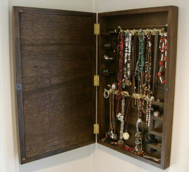 Mirrored jewelry cabinet made with natural wood with no coverage, for hanging necklaces and keeping other jewels.
