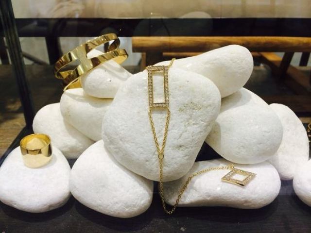 This rocks for days setting gives a natural sense to any display and stands out with its originality.