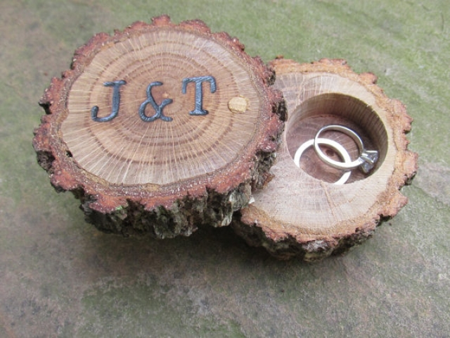 Discrete oak ring box to keep your dearest rings together in the same place.