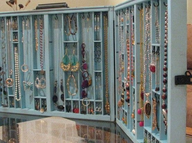 Open cabinet for jewelry storage, so much space, especially great for necklaces and large earrings.