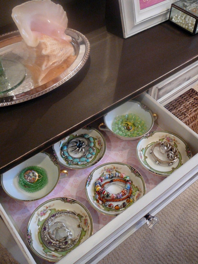 A really creative way to keep your jewels with this teacup drawer jewelry organizer.