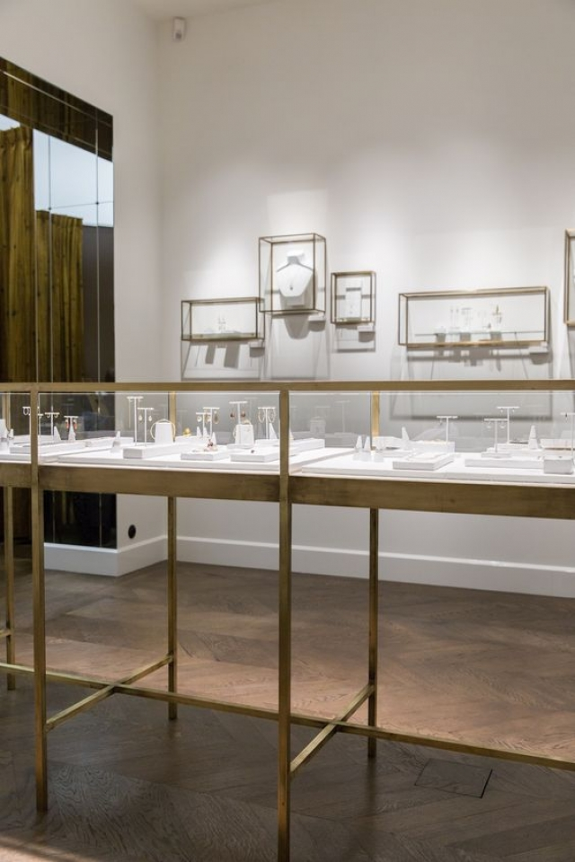 Wouters & Hendrix store go for the all glass displays held together by a fine metal outline.