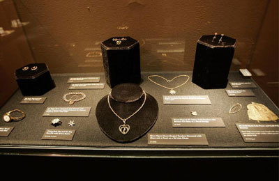 Nostalgic jewelry exhibit from the Titanic, various jewels such as necklaces, bracelets, bracelets, and rings.