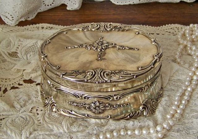 Stunning little vintage jewelry box, ideal trinket box so store vintage pieces.