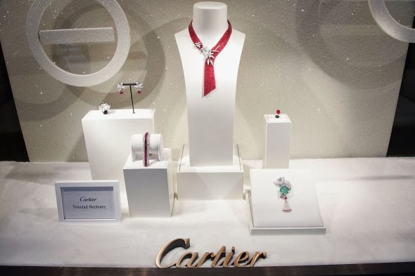 How to create an efficient window display for your jewelry for Jewelry store window displays