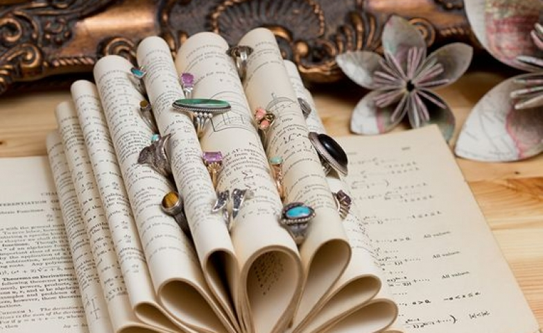 Adorable book-shaped ring display, original design perfect for book lovers