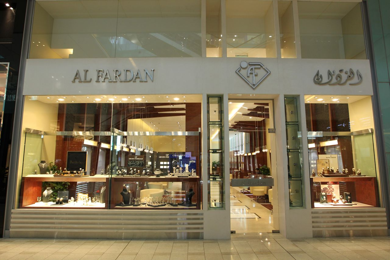 Al Fardan Jewels went for an all white store front design, with plenty of glass displays, so that you can peek inside.