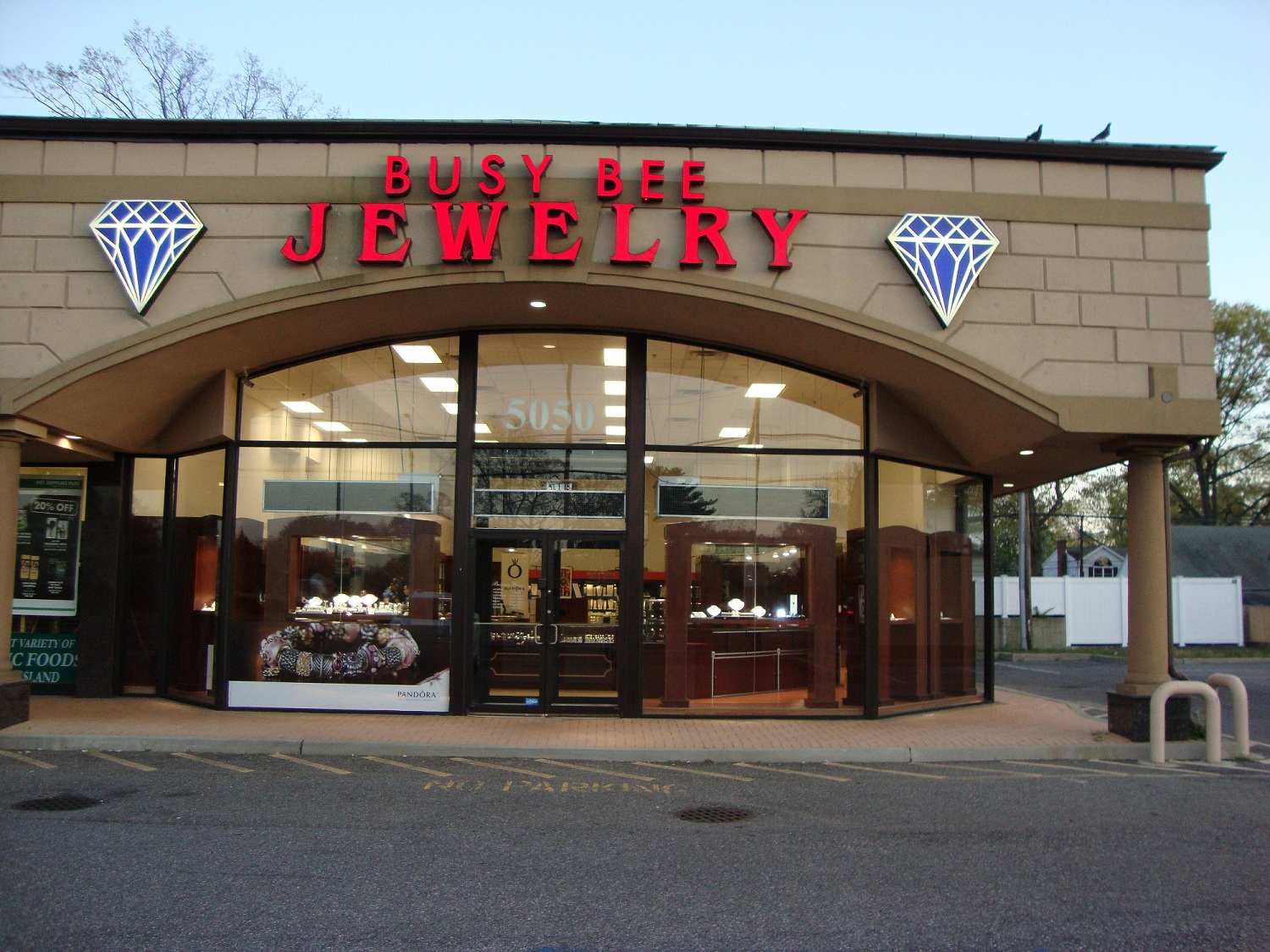 Busy Bee Jewelry chose a more traditional design, with all glass front. The massive red logo is very eye-catching and see-through glass walls are more inviting.