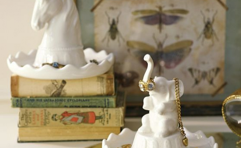 Clever and playful jewelry holders, unicorn and elephant on a plate. Great for small earrings, rings and fine bracelets.