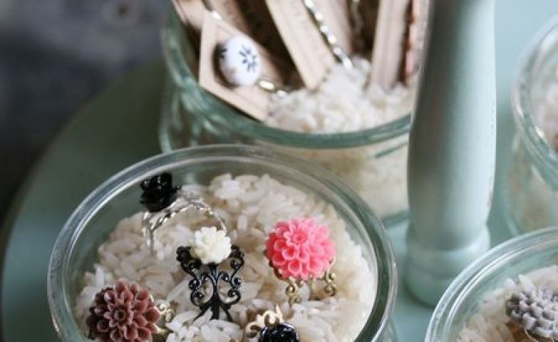DIY ideas are very in, just look at these jars filled with white rice. Adorable and cute display for rings.