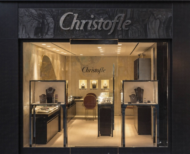 This Christofle storefront is very simple, yet the strong black gives it a great presence and with all glass displays, you can see everything inside perfectly.